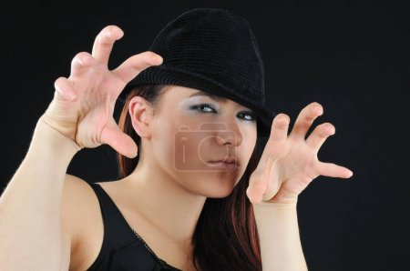 slyness fille en chapeau noir