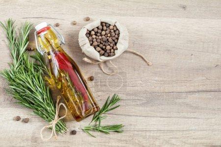 Rosmarinsträuße, Olivenöl mit Pfeffer und Gewürzen,