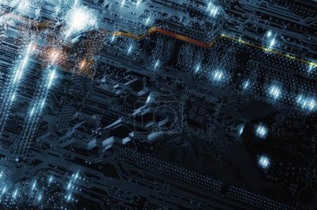 Photo pour Circuit imprimé avec micropuces, résistances et transistors, idée futuriste - image libre de droit