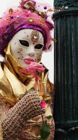 Photo pour VENISE, ITALIE - 23 FÉVRIER 2017 : Participant au Carnaval de Venise, un festival annuel qui commence environ deux semaines avant le Mercredi des Cendres et se termine sur Mardi Gras à Venise, Italie . - image libre de droit