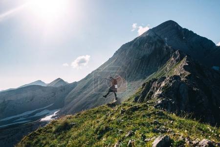 Photo pour Vue latérale de l'homme debout sur le col avec des montagnes du Caucase sur fond - image libre de droit