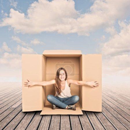 Photo pour Heureuse jeune femme à l'intérieur d'une boîte sur un quai - image libre de droit