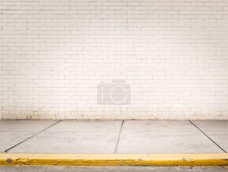 Photo pour Chambre avec mur de briques blanches et plancher de ciment gris - image libre de droit