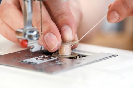 Photo pour Macro gros plan de la machine à coudre filetage tailleur - image libre de droit
