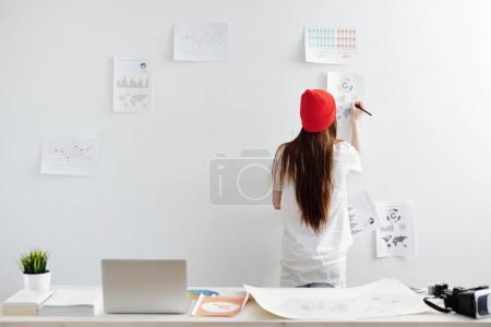 Photo pour Jeune femme travaillant de bureau à la maison sur des rapports analytiques - image libre de droit