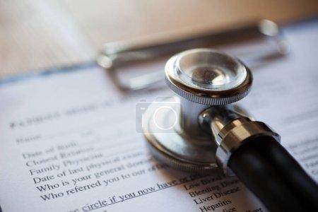 Photo pour Stéthoscope et les antécédents médicaux du patient - image libre de droit