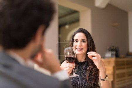 Photo pour Couple dînant dans un restaurant - image libre de droit