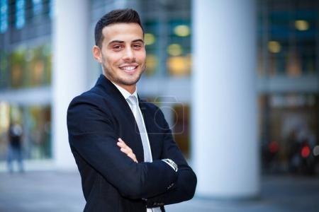 Photo pour Portrait d'un homme d'affaires souriant en milieu urbain - image libre de droit