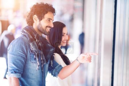 Photo pour Shopping en couple dans une rue urbaine - image libre de droit