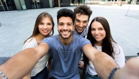 Photo pour Groupe d'amis prenant un selfie ensemble - image libre de droit