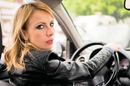 Photo pour Femme conduisant sa voiture - image libre de droit