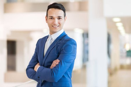Photo pour Jeune directeur dans son bureau - image libre de droit
