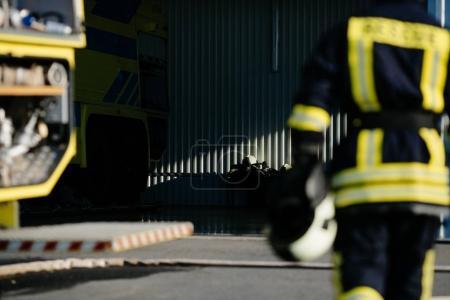 feuerwehrmann in sicheren helm zu retten