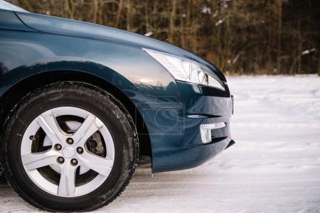 Bouchent la vue de voiture sur route dans la journée d'hiver