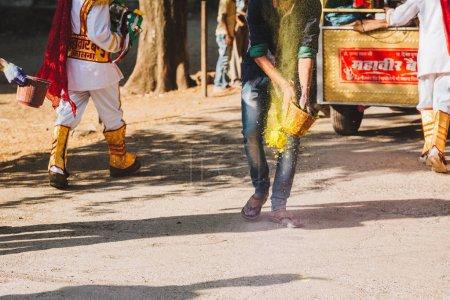 Photo pour Jeunes Indiens célébrant Holi festival de couleur - image libre de droit