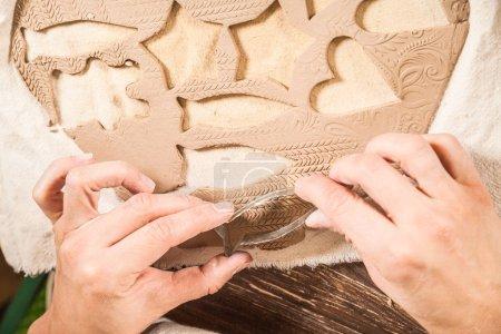 Photo pour Gros plan d'une potière utilisant des moules pour fabriquer des jouets de Noël pour décorer un sapin de Noël - image libre de droit