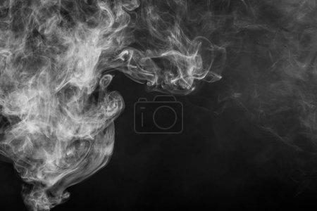 Photo pour Nuage de fumée blanche sur fond noir isolé. Contexte de la fumée de vape - image libre de droit