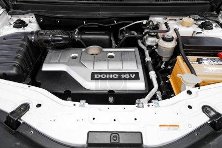 Photo pour Novossibirsk, Russie 29 septembre 2019 : Chevrolet Captiva, Détail rapproché du moteur de la voiture, vue de face. Moteur à combustion interne, pièces de voiture, détailler - image libre de droit