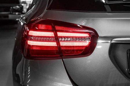 Photo pour Feu arrière rapproché d'un nouveau multisegment gris halogène. Extérieur d'une voiture moderne. Détail rapproché sur l'une des lumières LED voiture moderne . - image libre de droit