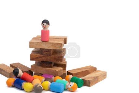 Photo pour Un jouet en bois se dresse sur une haute tour et regarde un grand nombre de personnes qui lui obéissent. Le concept de la femme au pouvoir et du dictateur. Images de la population et du président - image libre de droit