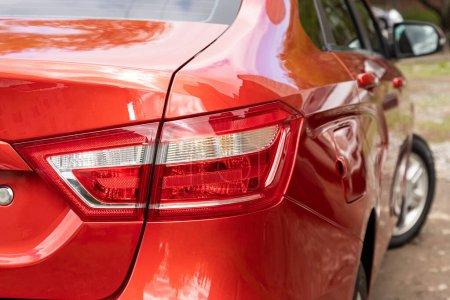 Photo pour Novossibirsk / Russie 03 mai 2020 : Lada Vesta, phares de voiture rouges. Détail extérieur. Détail rapproché sur l'un des feux arrière LED voiture moderne - image libre de droit