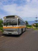 Starý autobus čeká cestující