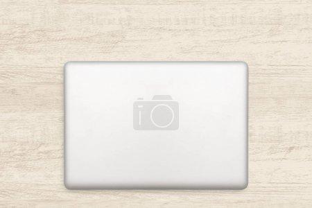 Photo pour Ordinateur portatif sur fond blanc en bois. - image libre de droit