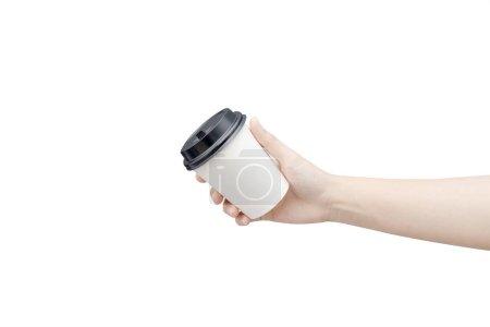 Photo pour Enlever fond de tasse de café. Main féminine tenant une tasse de papier café isolé sur fond blanc avec chemin de coupe. Image en gros plan . - image libre de droit