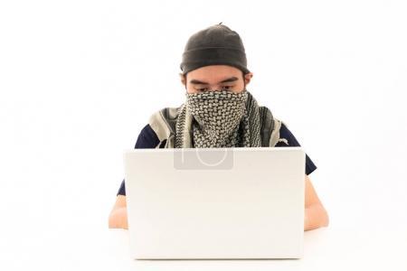 Photo pour Cyberattaquant asiatique piratage avec ordinateur portable puissant. Pour les médias mixtes piratage programme de cybersécurité Internet achats en ligne sécurité protection antivirus logiciels malveillants communication visuelle concept de conception - image libre de droit