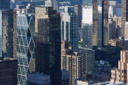 Photo pour Vue aérienne du gratte-ciel de Manhattan de New York City, bâtiments de verre dans le soleil du matin - image libre de droit