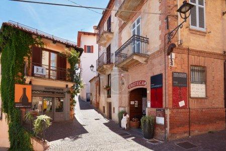 Photo pour BAROLO, ITALIE - 6 AOÛT : Musée du tire-bouchon, restaurant et ancienne rue par une journée d'été ensoleillée le 6 août 2016 à Barolo, Italie. La région des Langhe dans le Piémont est inscrite au patrimoine mondial de l'Unesco . - image libre de droit