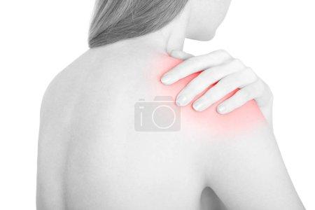 Photo pour Jeune femme avec douleur à l'épaule, zone rouge sur blanc, chemin de coupe inclus - image libre de droit