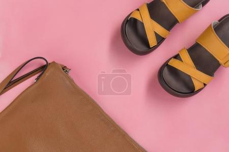 Photo pour Sac à main en cuir et chaussures décontractées jaunes sur fond rose - image libre de droit