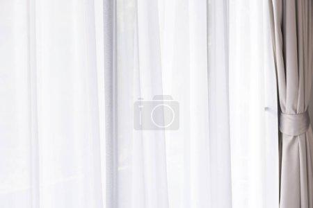Foto de Modernas cortinas de gris y blancos en sala extianden - Imagen libre de derechos