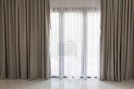 Foto de Hermosas cortinas moderno gris y blancos en la sala de estar - Imagen libre de derechos