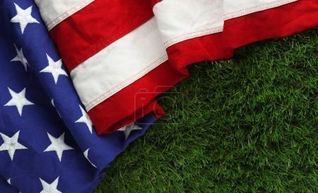 Photo pour Rouge, blanc et bleu drapeau américain sur l'herbe pour le fond de jour Memorial Day ou des anciens combattants - image libre de droit