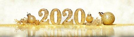 Photo pour 2020 en nombre d'or scintillant célébrant le Nouvel An ou Noël avec des ornements et des décorations scintillantes - image libre de droit