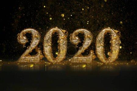 Photo pour 2020 en chiffres d'or étincelants célébrant le Nouvel An ou Noël - image libre de droit