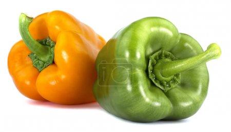 Foto de Pimiento dulce color verde naranja aislada sobre fondo blanco - Imagen libre de derechos