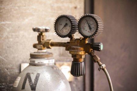Photo pour Bouteille d'acétylène avec régulateur de pression, gros plan - image libre de droit