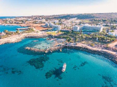 Photo pour Tir de drone aérien étonnant bay and resort avec yachts et une eau cristalline dans l'île tropicale - image libre de droit