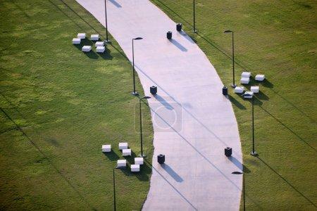 Photo pour Herbe verte et lampadaire près de la route - image libre de droit