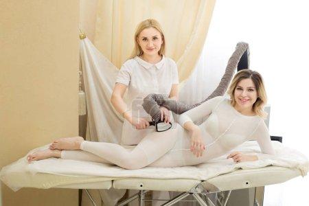 Photo pour Belle jeune fille sur le massage anti-cellulite dans le cabinet de cosmétologie - image libre de droit