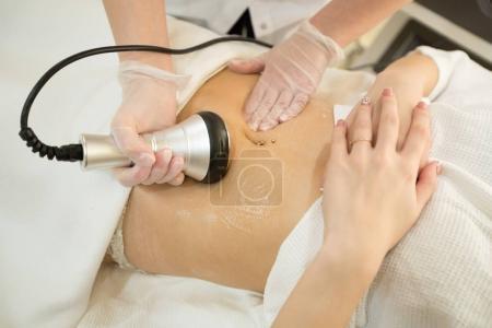 Photo pour Fille sur anti-cellulite massage dans le cabinet de cosmétologie - image libre de droit