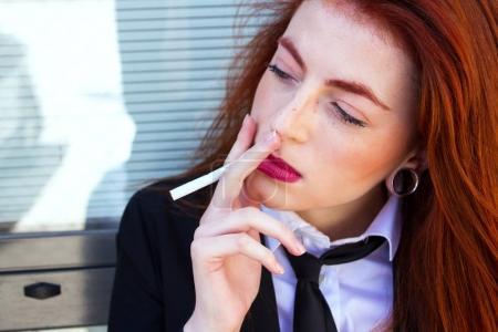 femme d'affaires avec la cigarette