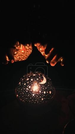 Foto de Luces mágicas y manos de mujer - Imagen libre de derechos