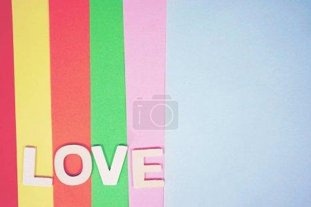 Amour mot composé de lettres blanches sur fond de couleur rayé