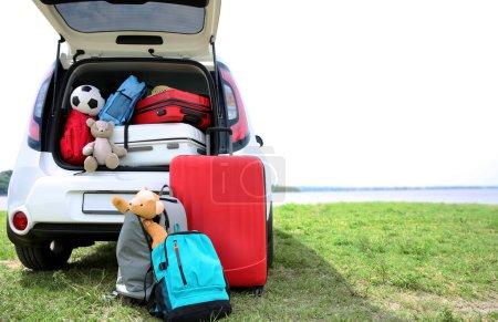 Photo pour Coffre de voiture avec bagages. Concept de voyage - image libre de droit