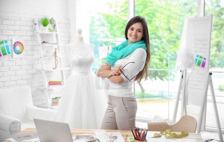 Photo pour Jolie jeune styliste sur le lieu de travail - image libre de droit