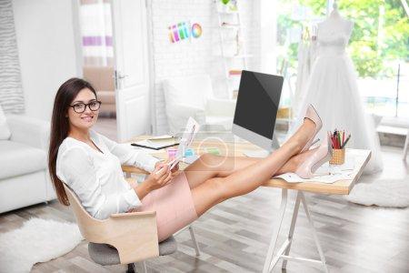 Photo pour Jeune et jolie robe concepteur au lieu de travail - image libre de droit